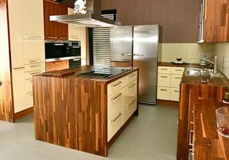 Küche mit Nussbaum