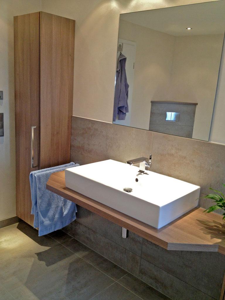 Waschtisch und Hochschrank Badezimmer