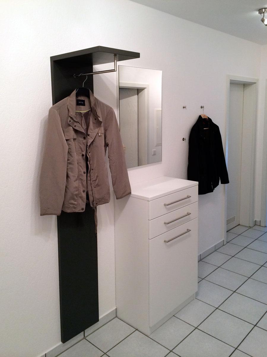 Flurschrank mit Spiegel und Garderobenstange